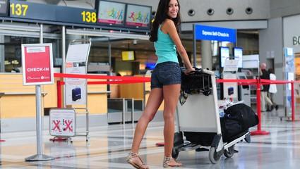 Studentin am Flughafen