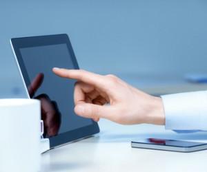 Hand berührt Tablet-PC