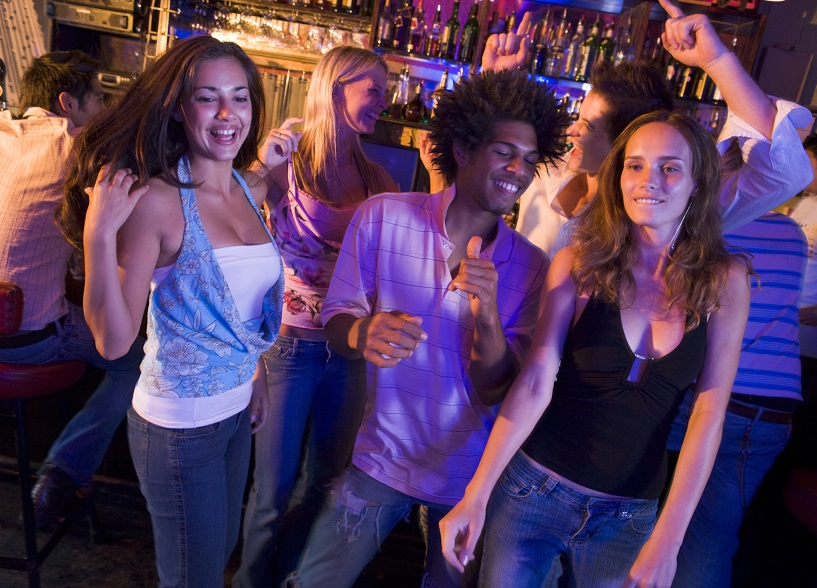 Junge Menschen tanzen in einer Bar